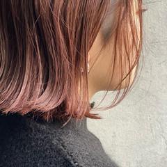 ショートボブ ラベンダーピンク ベリーピンク 濡れ髪スタイル ヘアスタイルや髪型の写真・画像