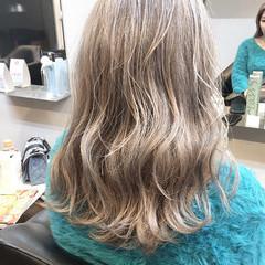 デザインカラー ミディアム グレージュ ダブルカラー ヘアスタイルや髪型の写真・画像