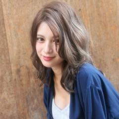 ヌーディーベージュ セミロング ハイライト ミディアム ヘアスタイルや髪型の写真・画像