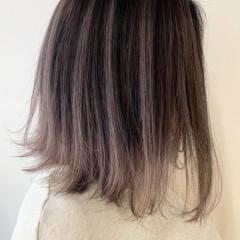 バレイヤージュ ミディアム シルバーアッシュ ラベンダーグレージュ ヘアスタイルや髪型の写真・画像