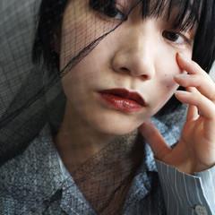 ショート ブルーブラック 切りっぱなしボブ ナチュラル ヘアスタイルや髪型の写真・画像