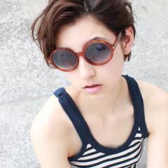 暗髪 外国人風 前髪あり くせ毛風 ヘアスタイルや髪型の写真・画像