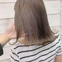 ミルクティー デート ミディアム グレージュ ヘアスタイルや髪型の写真・画像