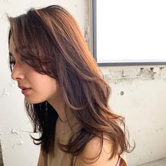 鎖骨ミディアム レイヤー シースルーバング デジタルパーマ ヘアスタイルや髪型の写真・画像
