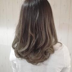 アッシュベージュ ナチュラル グラデーションカラー セミロング ヘアスタイルや髪型の写真・画像