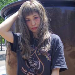 リラックス アンニュイ ウェーブ アウトドア ヘアスタイルや髪型の写真・画像