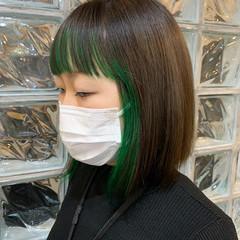 インナーグリーン ミディアム ナチュラル ブリーチカラー ヘアスタイルや髪型の写真・画像