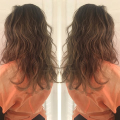 オフィス ヘアアレンジ フェミニン パーマ ヘアスタイルや髪型の写真・画像