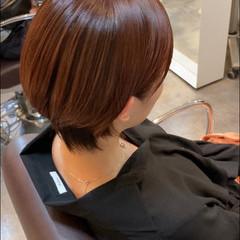 コーラルピンク ショート 前下がりショート コーラル ヘアスタイルや髪型の写真・画像