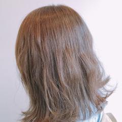ミディアム 外ハネ イルミナカラー フェミニン ヘアスタイルや髪型の写真・画像