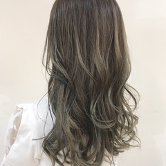 シルバーグレージュ コンサバ 外国人風カラー グレージュ ヘアスタイルや髪型の写真・画像