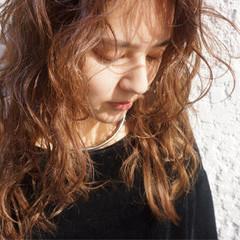 ロング ウェットヘア カール ストリート ヘアスタイルや髪型の写真・画像