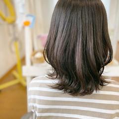 オリーブベージュ 外ハネボブ オリーブカラー ベージュ ヘアスタイルや髪型の写真・画像