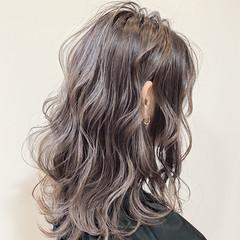グレージュ ナチュラル 波ウェーブ セミロング ヘアスタイルや髪型の写真・画像
