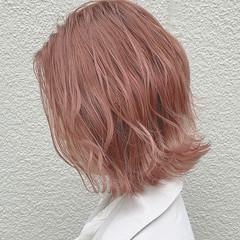 ピンクベージュ ハイトーンカラー 外ハネボブ ピンク ヘアスタイルや髪型の写真・画像