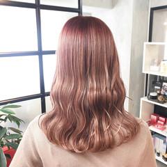 ナチュラルベージュ ピンクベージュ コテ巻き セミロング ヘアスタイルや髪型の写真・画像