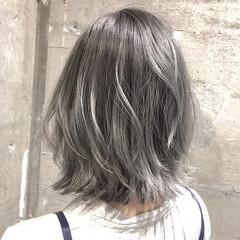 ミディアム グレージュ ホワイト シルバー ヘアスタイルや髪型の写真・画像