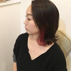 レッド ミディアム ピンク インナーカラー ヘアスタイルや髪型の写真・画像