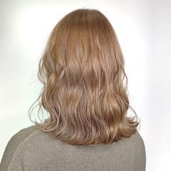 ミルクティーベージュ 波ウェーブ ミディアム ハイトーンカラー ヘアスタイルや髪型の写真・画像