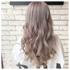 ロング 髪質改善カラー ミルクティーベージュ ブリーチカラー ヘアスタイルや髪型の写真・画像