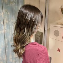 バレイヤージュ ロング ガーリー ミルクティーベージュ ヘアスタイルや髪型の写真・画像