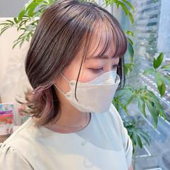 ピンクラベンダー イヤリングカラーピンク フェミニン インナーカラー ヘアスタイルや髪型の写真・画像