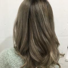 巻き髪 グラデーション バレイヤージュ シルバーアッシュ ヘアスタイルや髪型の写真・画像