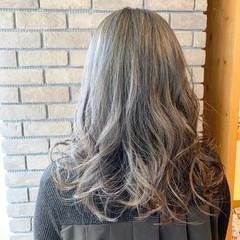 セミロング アウトドア ダブルカラー アッシュグレージュ ヘアスタイルや髪型の写真・画像