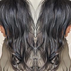 ミディアム バレイヤージュ シルバーアッシュ ハイライト ヘアスタイルや髪型の写真・画像