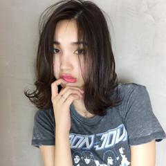 暗髪 抜け感 アウトドア ミディアム ヘアスタイルや髪型の写真・画像