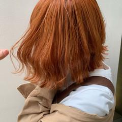 ストリート アプリコットオレンジ ウェーブ 切りっぱなしボブ ヘアスタイルや髪型の写真・画像