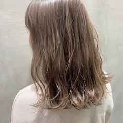 グレージュ ハイライト 黒髪 ミルクティーグレージュ ヘアスタイルや髪型の写真・画像
