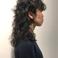 スパイラルパーマ ウルフカット モード セミロング ヘアスタイルや髪型の写真・画像