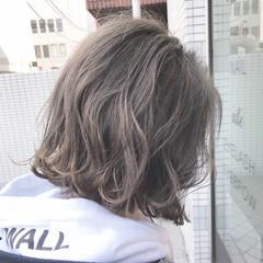 外ハネ グレージュ 色気 アッシュグレージュ ヘアスタイルや髪型の写真・画像