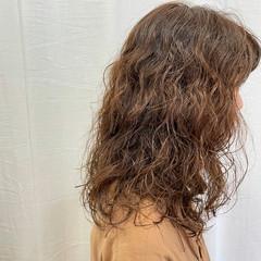 セミロング ロングヘア 無造作パーマ ヘアスタイルや髪型の写真・画像