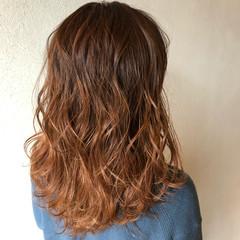 アプリコットオレンジ オレンジベージュ ミディアム グラデーションカラー ヘアスタイルや髪型の写真・画像