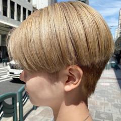 ナチュラル アッシュベージュ 大人ショート ホワイトブリーチ ヘアスタイルや髪型の写真・画像