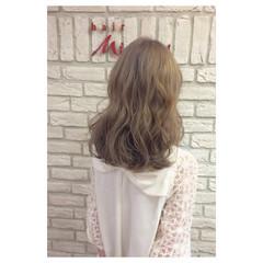 ベージュ ラベンダーアッシュ セミロング フェミニン ヘアスタイルや髪型の写真・画像