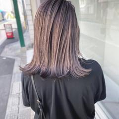 フェミニン グレージュ バレイヤージュ 3Dハイライト ヘアスタイルや髪型の写真・画像