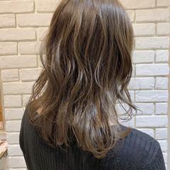 ブリーチなし ベージュ ミディアム オリーブベージュ ヘアスタイルや髪型の写真・画像