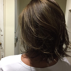 ミディアム くせ毛風 外国人風 ハイライト ヘアスタイルや髪型の写真・画像