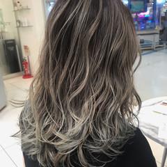 バレイヤージュ ロング ストリート ハイライト ヘアスタイルや髪型の写真・画像