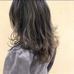 ウルフカット ミディアムレイヤー アッシュグレージュ レイヤースタイル ヘアスタイルや髪型の写真・画像