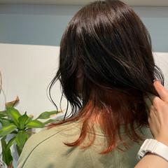 ミディアム インナーカラーオレンジ フェミニン オレンジカラー ヘアスタイルや髪型の写真・画像