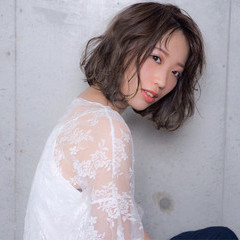インナーカラー ウェーブ ハイライト グレージュ ヘアスタイルや髪型の写真・画像