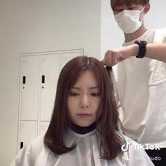 ブラウンベージュ コテ巻き フェミニン コテアレンジ ヘアスタイルや髪型の写真・画像