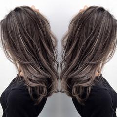 グレージュ ハイトーン 外国人風 セミロング ヘアスタイルや髪型の写真・画像