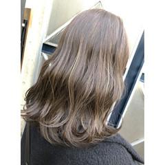 ハイライト オリーブグレージュ ナチュラル セミロング ヘアスタイルや髪型の写真・画像