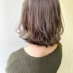 ミディアム 切りっぱなしボブ ミルクティーベージュ フェミニン ヘアスタイルや髪型の写真・画像