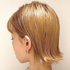 ミルクティーベージュ 外ハネボブ ハイトーン 切りっぱなしボブ ヘアスタイルや髪型の写真・画像